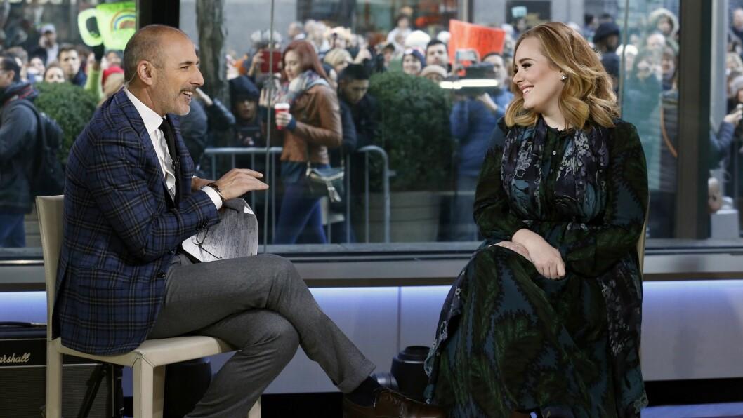 I GODT HUMØR: Sangstjernen Adele holder til vanlig privatlivet sitt godt skjult fra offentligheten. Da hun gjestet «Today» i New York onsdag overrasket hun programleder Matt Lauer (t.v) ved å dele litt mer enn ellers. Foto: Ap