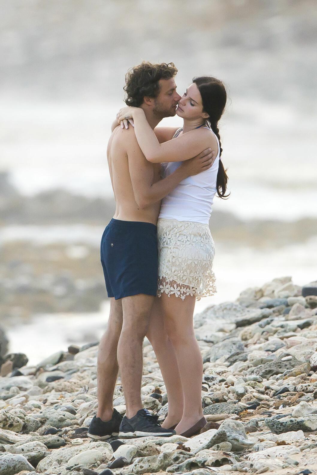 INTIMT: Kjæresteparet stoppet opp på spaserturen og nøt noen øyeblikk sammen ved bølgene.  Foto: /All Over Press