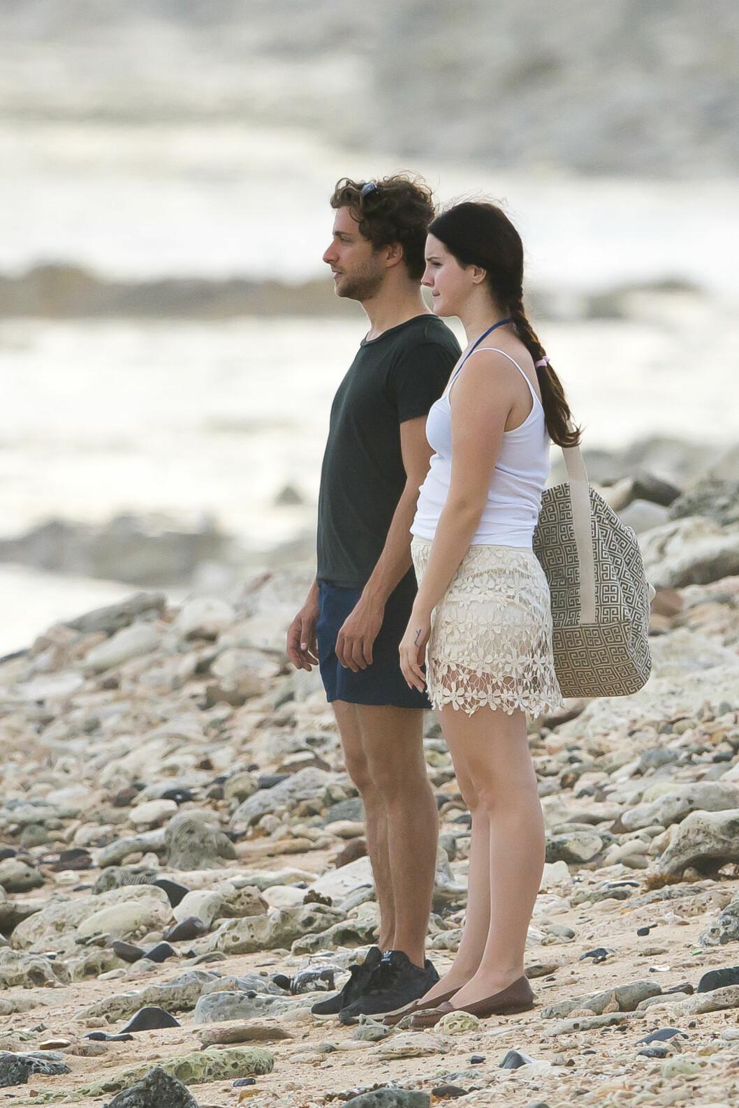 NØT UTSIKTEN: Lana og Francesco så ut til å beundre utsikten på den karibiske øya.  Foto: /All Over Press
