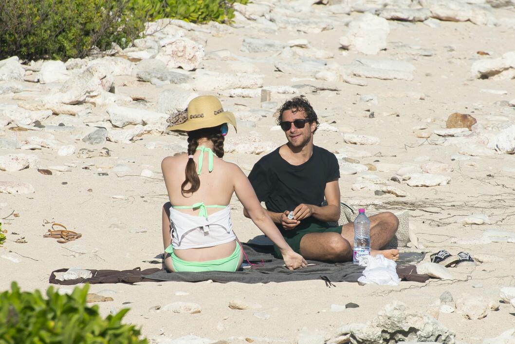 SKJERMET: Lana Del Rey og Francesco Carrozzini så stort sett ut til å få være i fred på sin romantiske strandtur.  Foto: /All Over Press