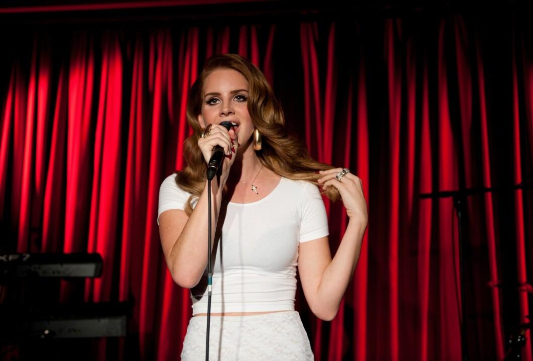 UNG STJERNE: Lana Del Rey og Barrie-James O'Neill ble sammen i 2011, omtrent på den tiden hun slo igjennom som stor artist. Her står hun på scenen i Berlin høsten det året.  Foto: © Jörg Carstensen/dpa/Corbis