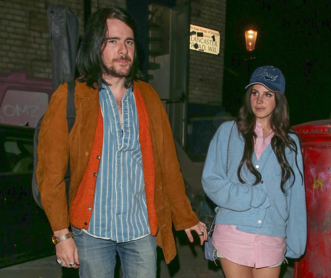 OPP OG NED: Forholdet mellom Barrie-James og Lana skal ikke bare ha vært lett. Her forlater de to et studio i Nord-London en sommernatt i 2013.  Foto: NTB Scanpix