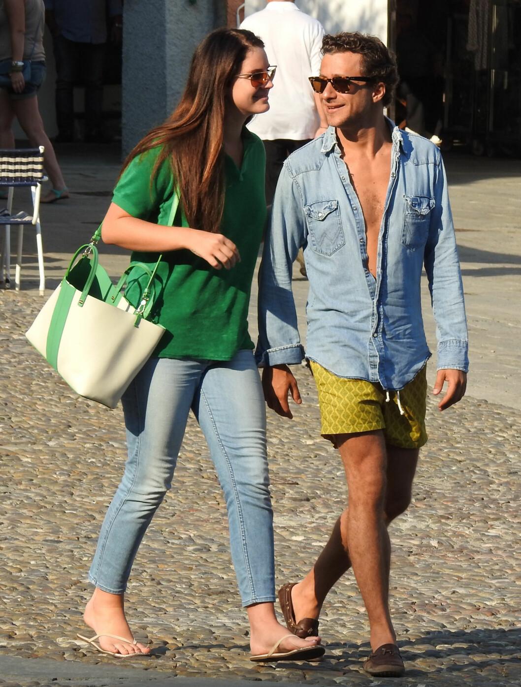 PENT PAR: Lana Del Rey og Francesco Carrozzini koste seg sammen med venner i Portofino i august. Nå, tre måneder senere, skal romansen deres ha tatt slutt.  Foto: Splash News