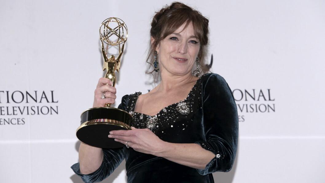 MED STATUETTEN: Anneke von der Lippe viser stolt fram statuetten, etter at hun natt til tirsdag stakk av med den internasjonale Emmy-prisen for beste kvinnelige skuespiller. Foto: Reuters
