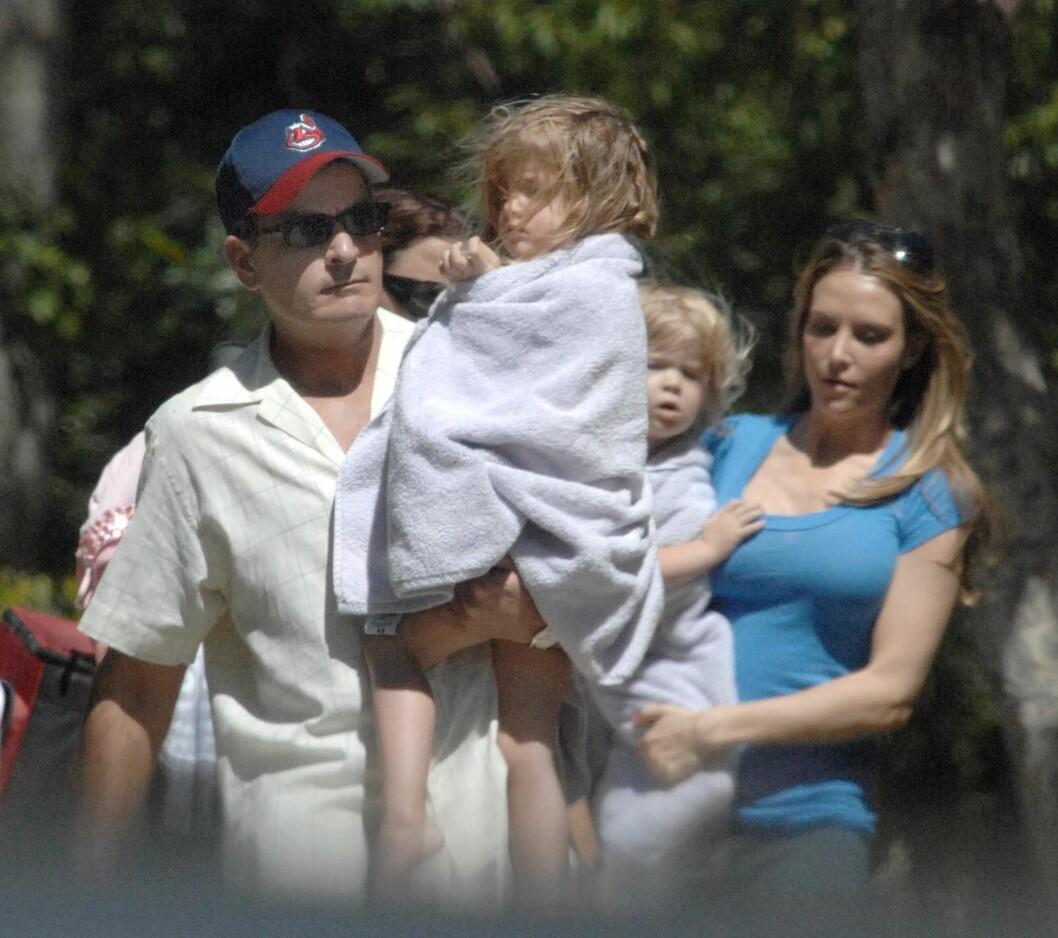 <strong>FEMBARNSFAR:</strong> Charlie Sheen har fem barn med tre forskjellige kvinner. Her er han sammen med døtrene Lola og Sam.  Foto: © ©2008 Phil Ramey/RameyPix/Corbis