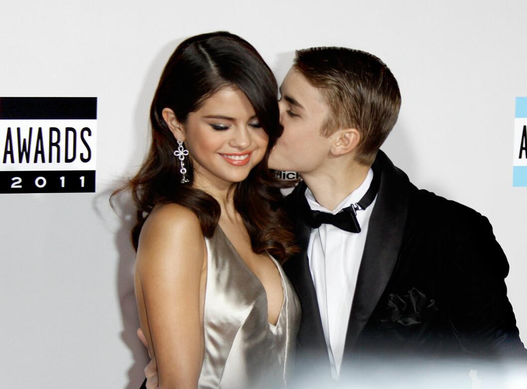 FØR: I 2011 var Selena og Justin et av verdens mest berømte par og så svært forelsket ut da de ankom American Music Awards. I år ankom de hver for seg selv om romanseryktene nok en gang svirrer.  Foto: © Hubert Boesl/dpa/Corbis