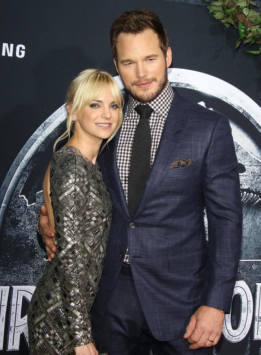 """LYKKELIG GIFT: I virkeligheten er Chris Pratt gift med  Anna Faris. Her er paret sammen på premieren til """"Jurassic World"""" tidligere i år. Foto: Broadimage"""