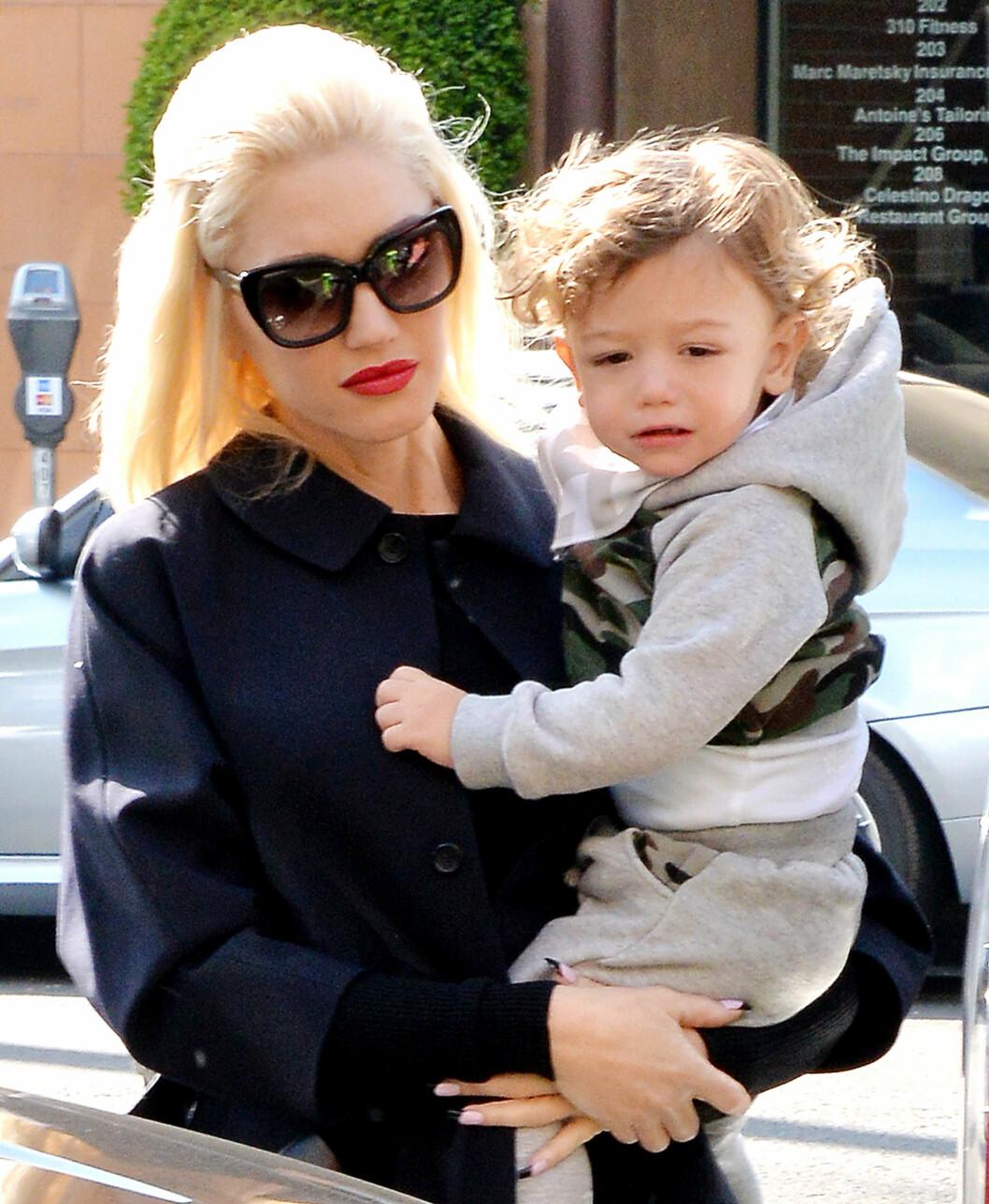 MOR OG SØNN: Gwen med sin yngste sønn Apollo. Mens hun gikk gravid med ham holdt ektemannen på med barnepiken bak ryggen hennes.  Foto: Broadimage