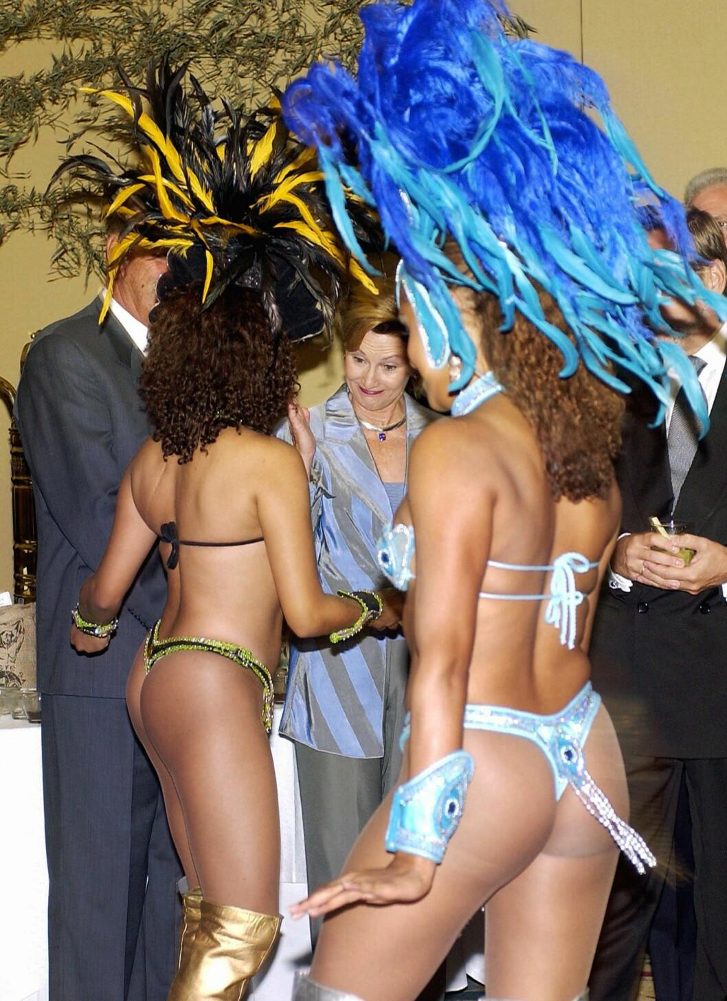 SAMBA: To sambadansere overrasket kongeparet under besøket i Sao Paulo. De var nok neppe forberedt på å møte dansere med fjær - nærmest uten klær... Foto: NTB scanpix