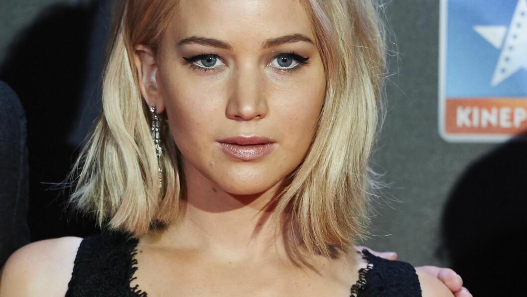 ENSOM: Jennifer Lawrence blir hyppig hyllet for både personligheten og utseendet sitt, men påstår likevel at hun aldri blir bedt på date. Foto: wenn.com