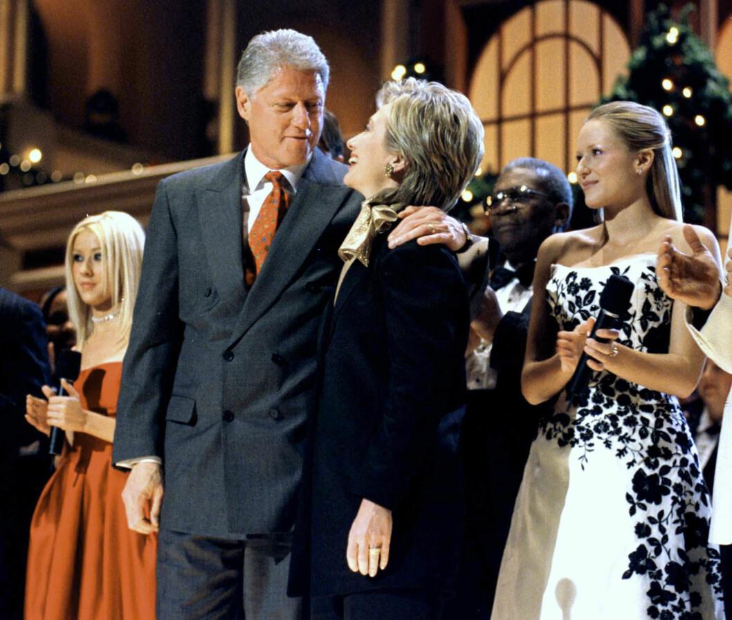 UNDERHOLDT: I 1999 stor Aguilera på scenen sammen med det tidligere presidentparet Bill og Hillary Clinton under en julekonsert i Washington. Foto: NTB Scanpix