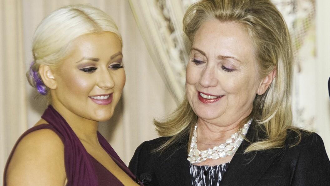 Dette bildet hvor Hillary Clinton tydelig kikker på kløften til Christina Aguilera fikk mye oppmerksomhet i 2012. Foto: NTB Scanpix
