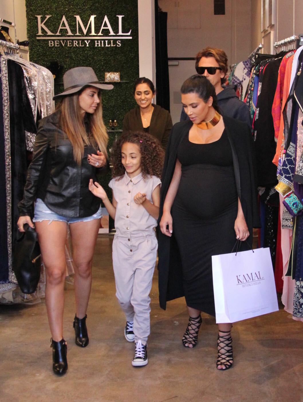 MOT SLUTTEN: Høygravide Kim Kardashian med Jonathan Cheban og en venninne på shopping. Foto: wenn.com