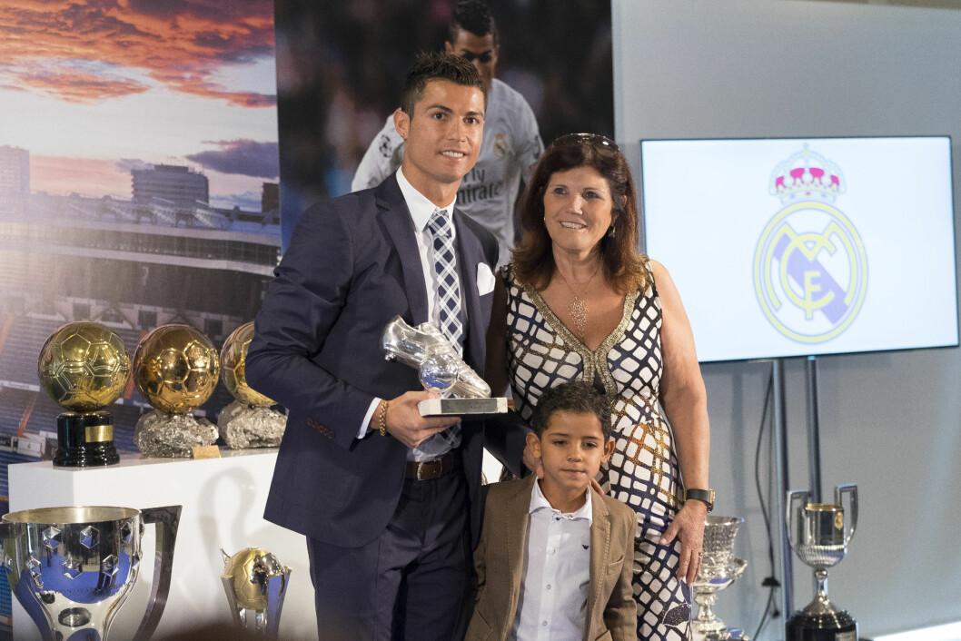 MED FAMILIEN: Her er Cristiano sammen med moren sin, Maria Dolores, og sønnen Cristiano. Maria Dolores tar seg mye av lille-Cristiano når det trengs. Foto: SipaUSA