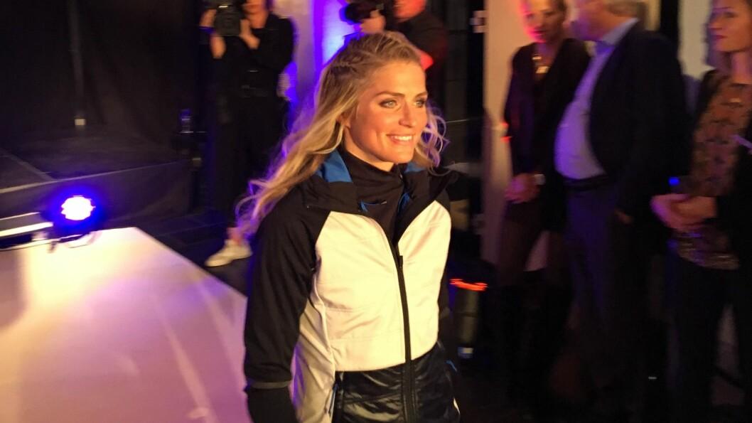 PÅ CATWALKEN: Flere skikjendiser og moteinteresserte hadde tatt turen til Eger på Karl Johan da Therese Johaug gikk modell for sine egne klær. Foto: Se og Hør