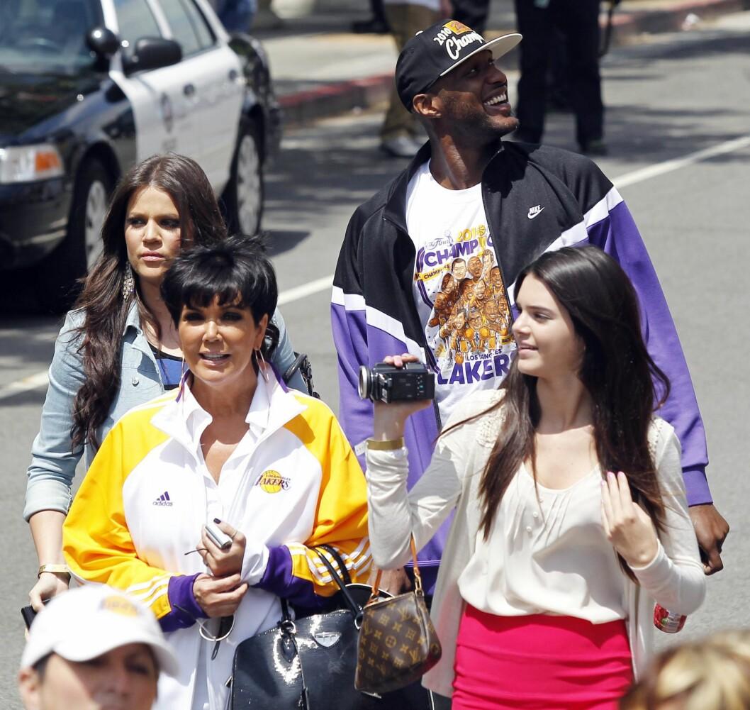 PUSTER LETTET UT: Et par uker før Kris Jenners 60-årsdag våknet Lamar Odom (bak t.h) fra koma. Basketstjernen og mannen til Khloé Kardashian (t.v) skal nå være på bedringens vei. Her er de tre sammen med Kendall Jenner (foran t.h) sommeren 2010, da Lakers vant NBA-mesterskapet.  Foto: © ©2010 Phil Ramey/RameyPix/Corbis