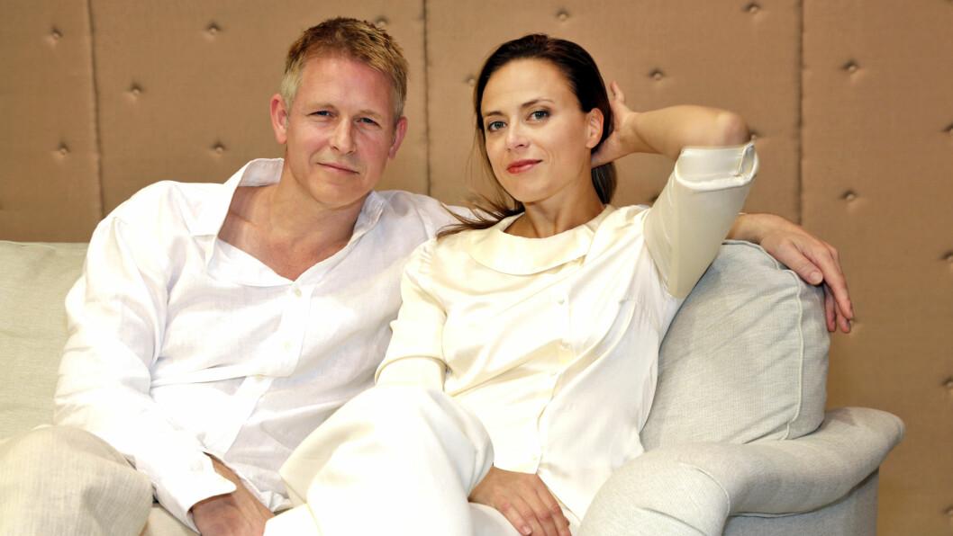 SCENE-PAR: Trond Espen Seim og Ine Jansen spiller et tilsynelatende vellykket og overfladisk foreldrepar fra Oslo vest i den mørke satiren «Helikopter».  # Foto: Curt Hjerstedt, Se og Hør