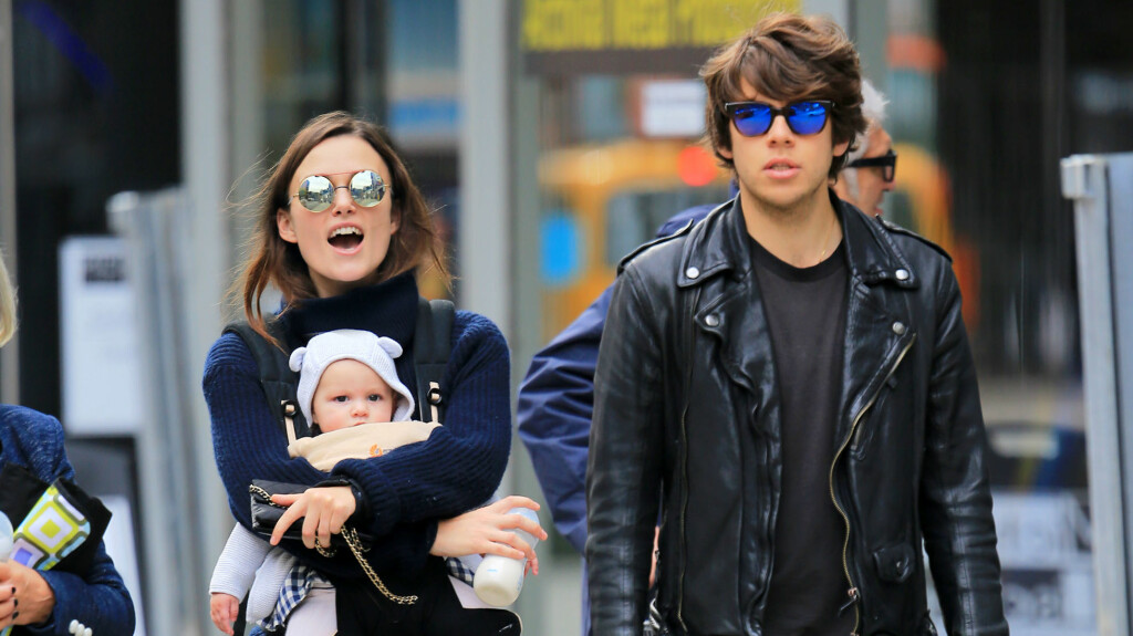 PÅ TUR: Keira Knightley med datteren Edie og James Righton på Manhattan.  Foto: Splash News
