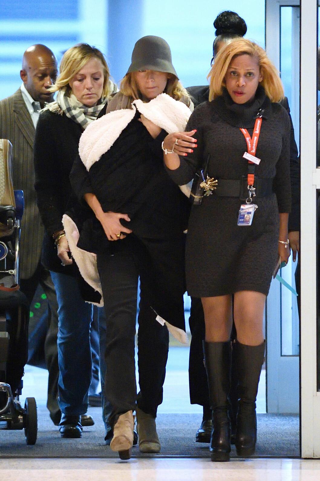 MED BABYEN: Blake Lively med datteren James på flyplassen i New York for kun få dager siden. Foto: Xposure