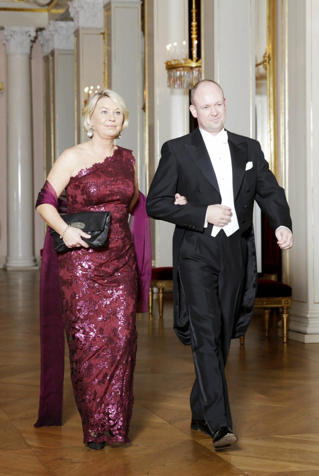Næringsminister Monica Mæland valgte en asymmetrisk kjole i burgunder for anledningen.  Foto: NTB scanpix