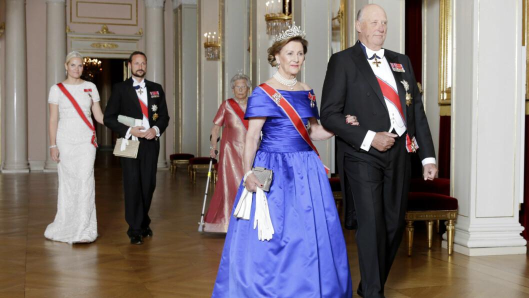 Kronprinsesse Mette-Marit, kronprins Haakon, prinsesse Astrid, dronning Sonja og kong Harald på vei inn til Stortingsmiddagen. Foto: NTB scanpix