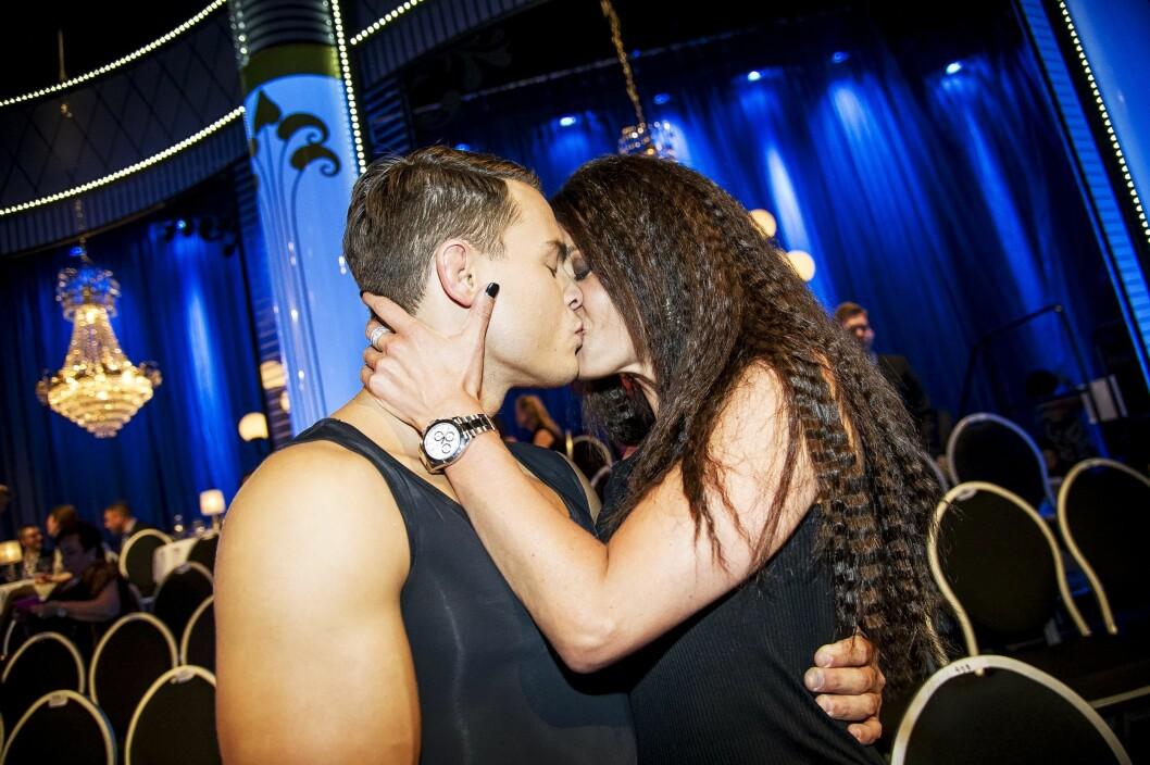 STORMFORELSKET: Både Camilla Läckberg og MMA-fighter Simon Sköld har deltatt i den svenske versjonen av «Skal vi danse». Her gir forfatteren typen et smellkyss etter sending tidligere i år.  Foto: Aftonbladet