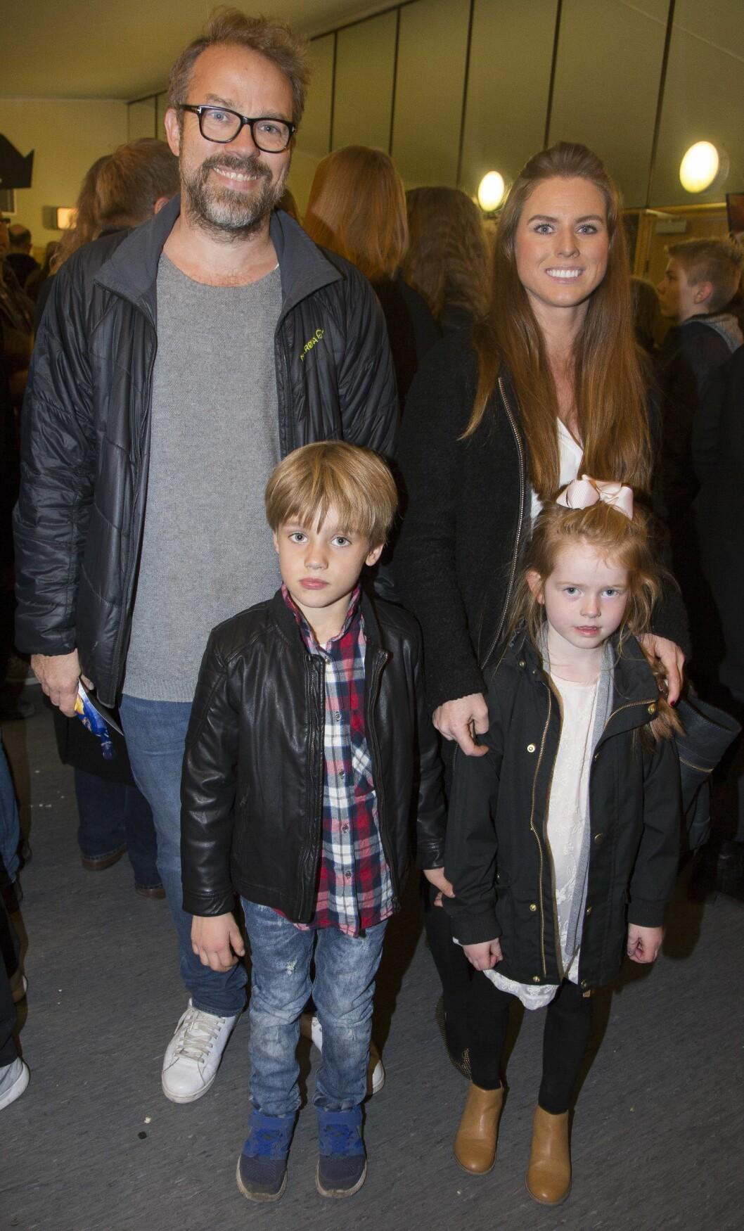 DOKTOR PROKTOR: Christian Skolmen med barna og en familievenn, Line.