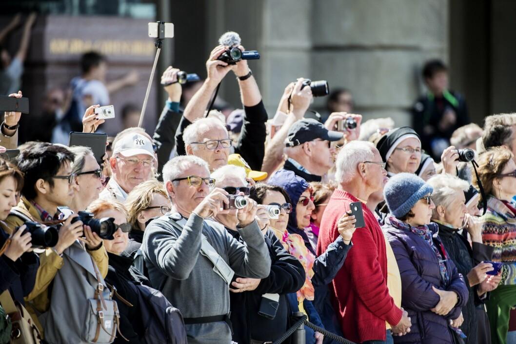 <strong>BRYLLUPSFEBER:</strong> Forberedelsene til prinsebryllupet er for lengst i gang i Stockholm. Her fotograferer ivrige turister utenfor det kongelige slott i den svenske hovedstaden denne uken. Foto: Aftonbladet