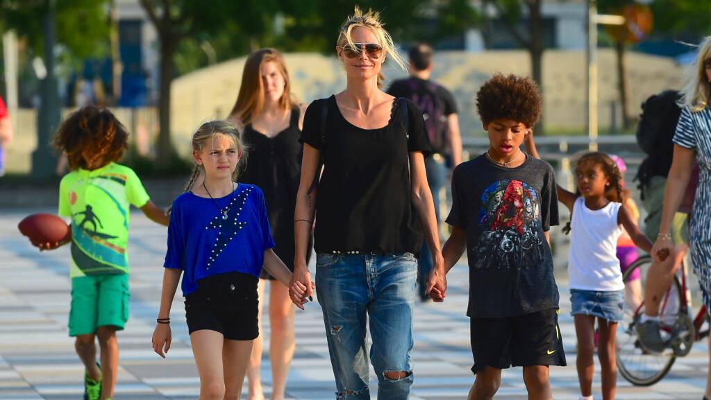 TETTE BÅND: Heidi Klum har ifølge henne selv alltid hatt mesteparten av ansvaret for alle de fire barna hun har sammen med eksmannen Seal. Her er hun på tur med ungene, sin egen mor og en barnepike i New York i september.  Foto: Splash News
