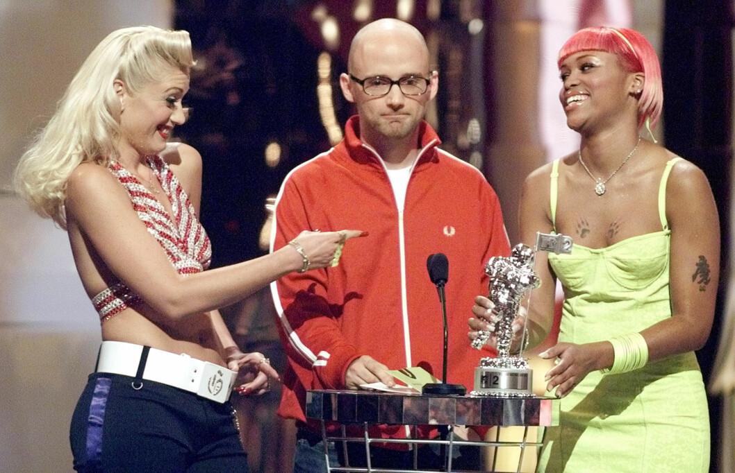 GAMLE VENNER: Moby og Stefani har kjent hverandre i en årrekke. Her gir hun og Eve ham prisen for beste musikkvideo under  MTV Video Music Awards i 2001.  Foto: REUTERS