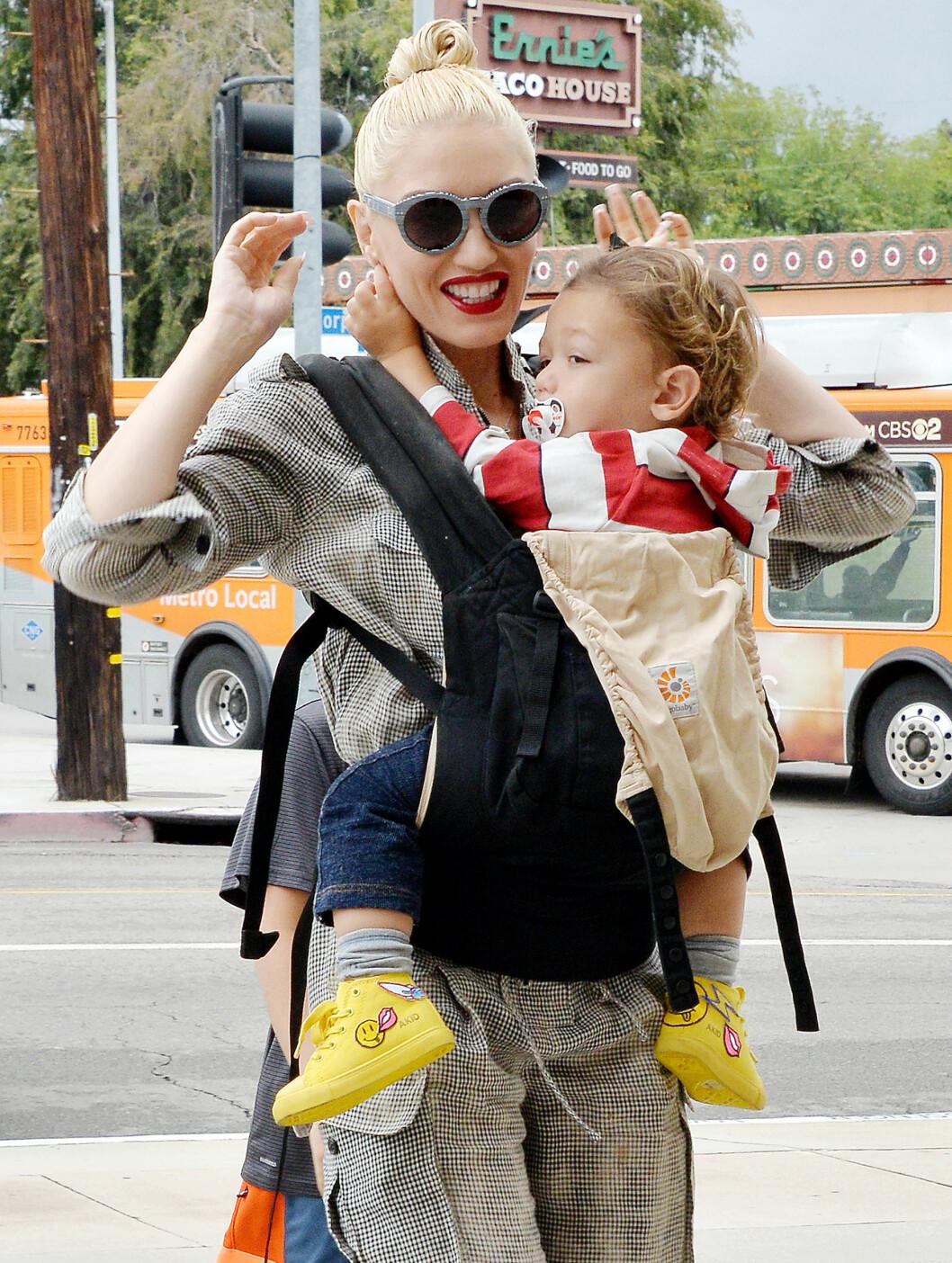 TREBARNSMOR: Gwen har tre barn med eksmannen. Her med den minste sønnen - ett år gamle Apollo.  Foto: Broadimage