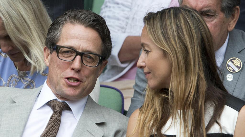 VENTER BARN?: Hugh Grant og Anna Eberstein tilbrakte store deler av sommeren sammen. Anna er nå gravid og ryktene skal ha det til at Hugh er faren. Her er de avbildet under et tennisarrangement i juli.  Foto: Zuma Press