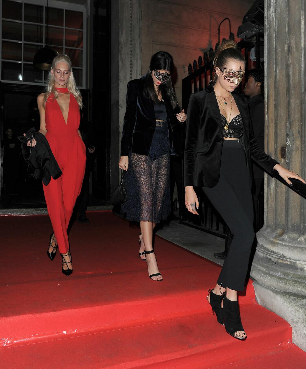 TREKLØVER: Poppy Delevingne, Kendall Jenner og Cara Delevingne holdt en lav profil da de forlot VIP-bursdagsfesten til Eva Cavalli på One Mayfair i London. Foto: Splash News