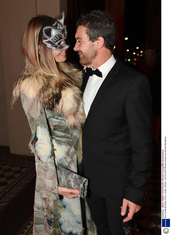 FORELSKET: Skuespiller Antonio Banderas kom sammen med kjæresten Nicole Kimpel, som var iført en revelignende maske.  Foto: Rex Features