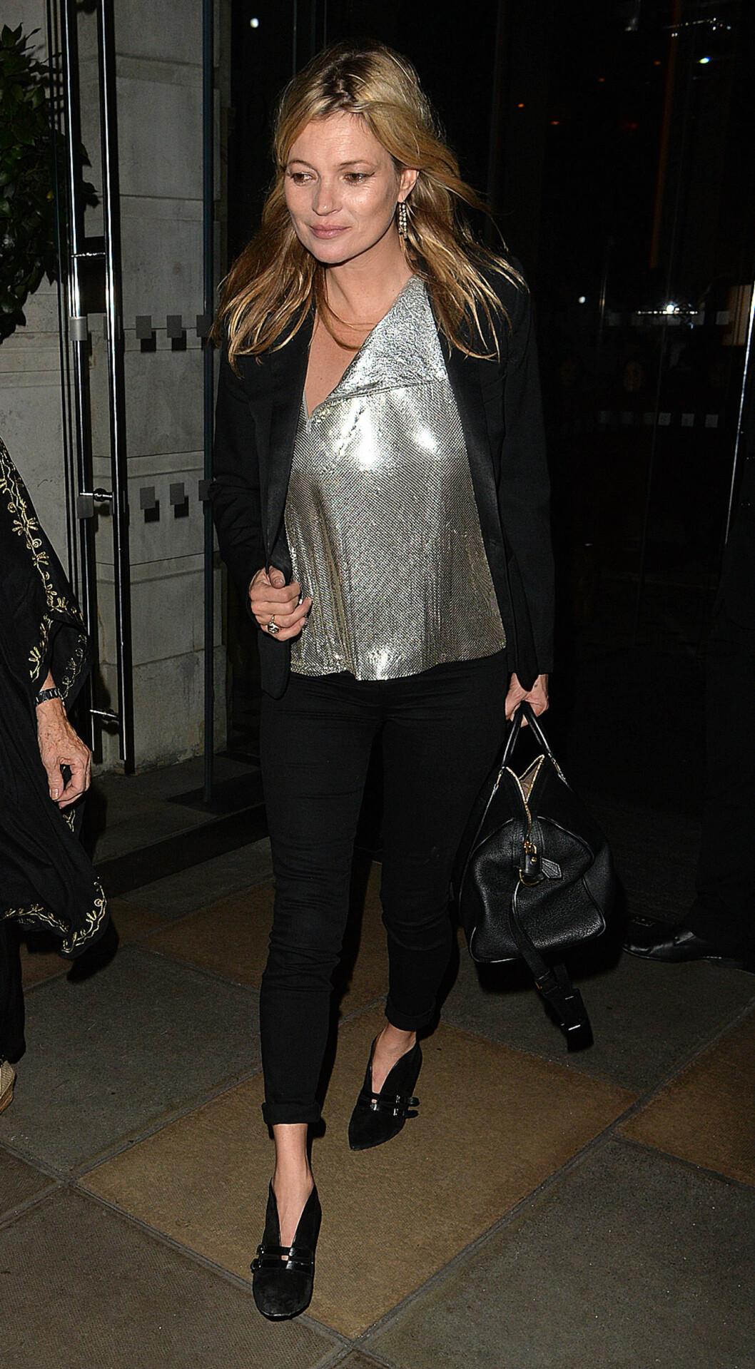 SUPERMODELL: Modell og stilikon Kate Moss var også blant gjestene på Cavalli-festen, men hun lot seg fotografere uten maske.  Foto: Splash News