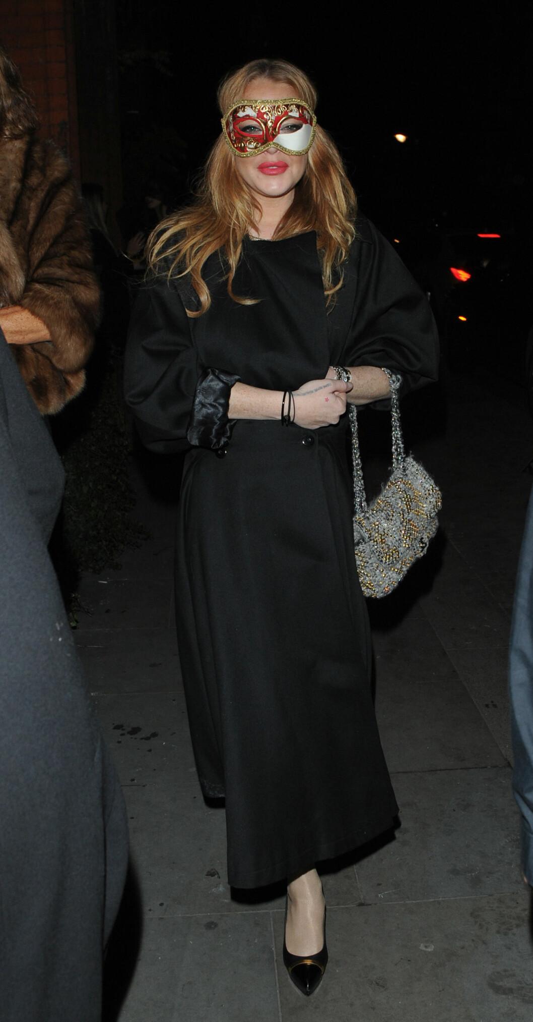 DRAMATISK: Skuespiller Lindsay Lohan var iført en venetiansk maske i hvitt, rødt og gull. Foto: Xposure