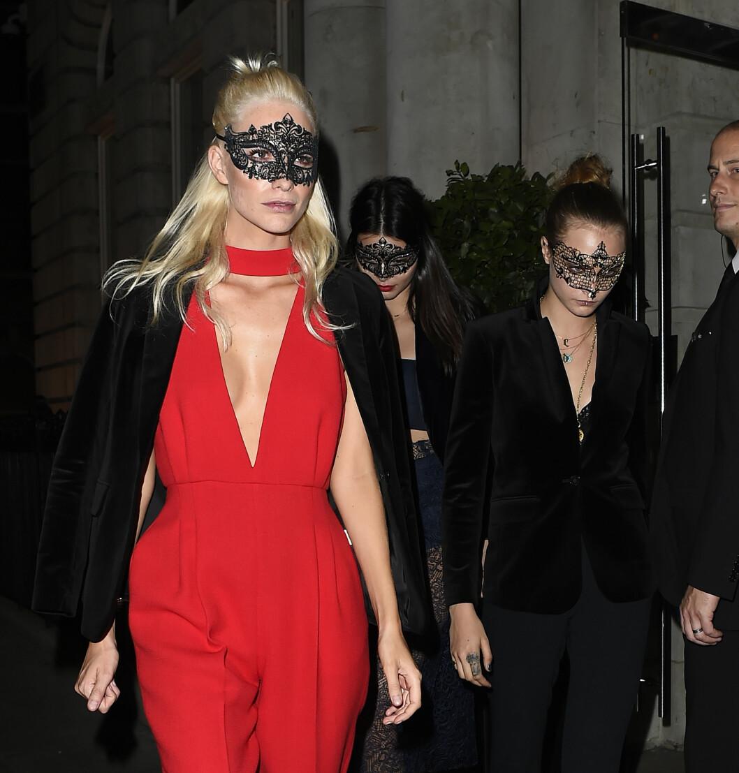 SEXY: Både Poppy Delevingne, Kendall Jenner og Cara Delevingne sørget for å vise litt hud på Eva Cavallis eksklusive bursdagsfest i London. Foto: wenn.com