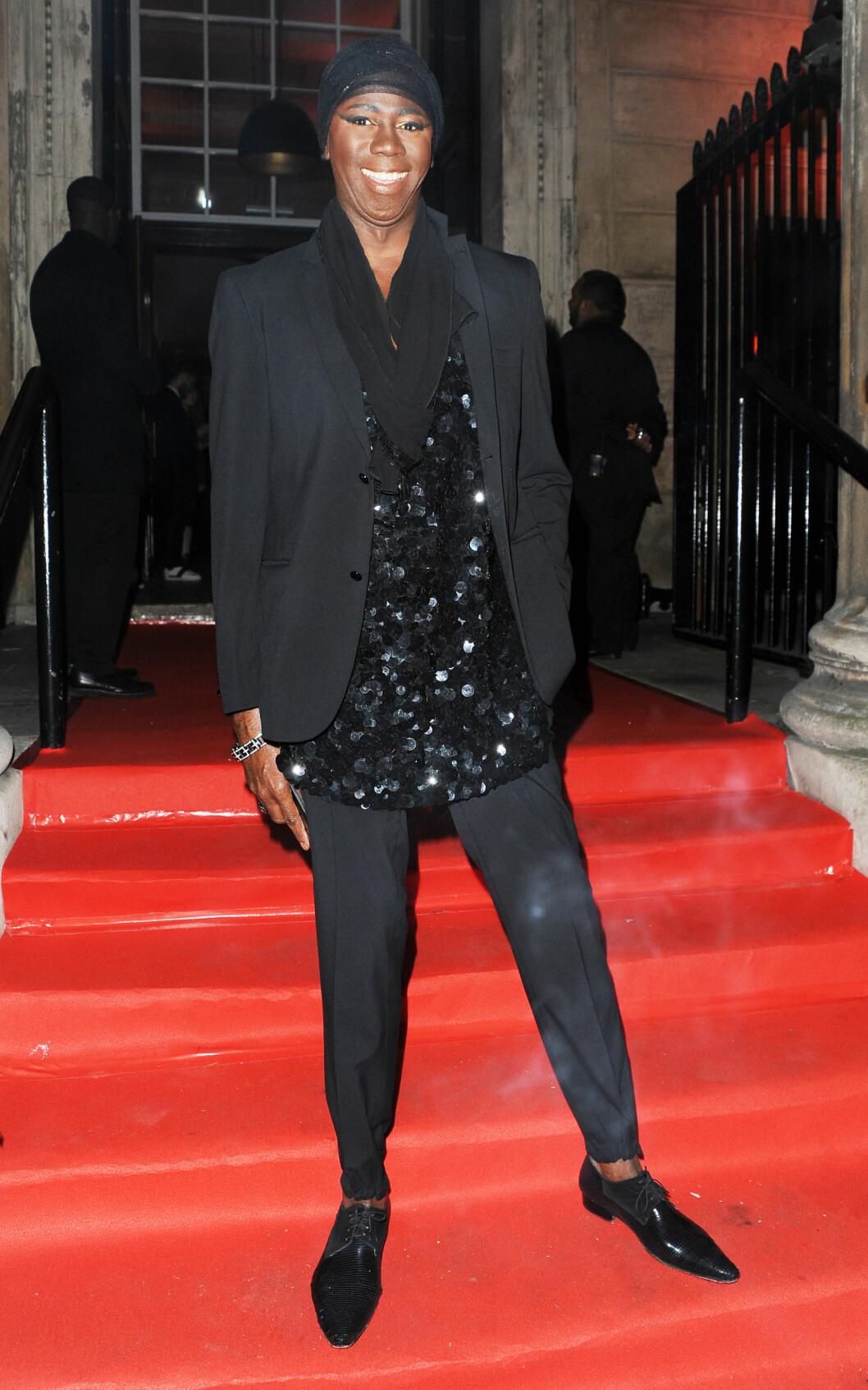 I SORT: Catwalk-coach og «America's Next Top Model»-profil J. Alexander var kledd i et glitrende, helsort antrekk stylet med spisse lakksko, turban og Kleopatra-inspirert øyensminke. Foto: Xposure