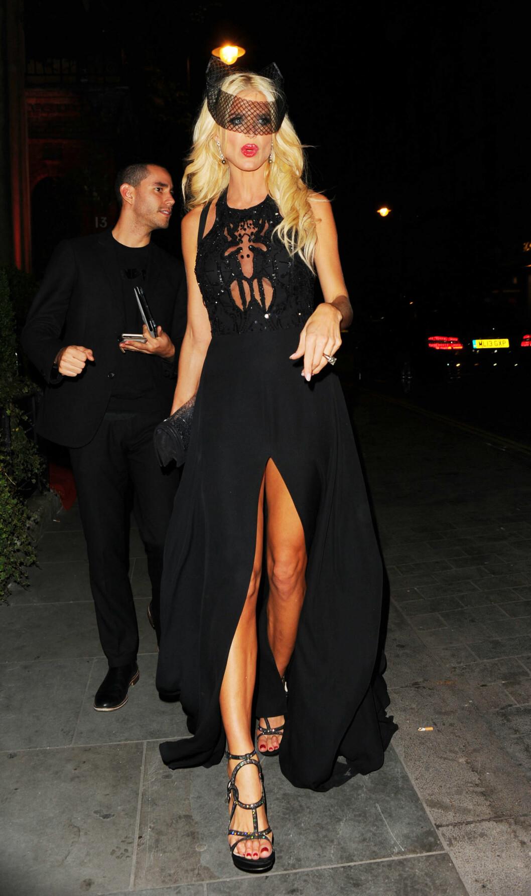 OVERDÅDIG: Den svenske modellen Victoria Silvstedt i en sort kjole med glitrende detaljer, gjennomskinnelig brystparti og høy splitt foran.  Foto: Xposure