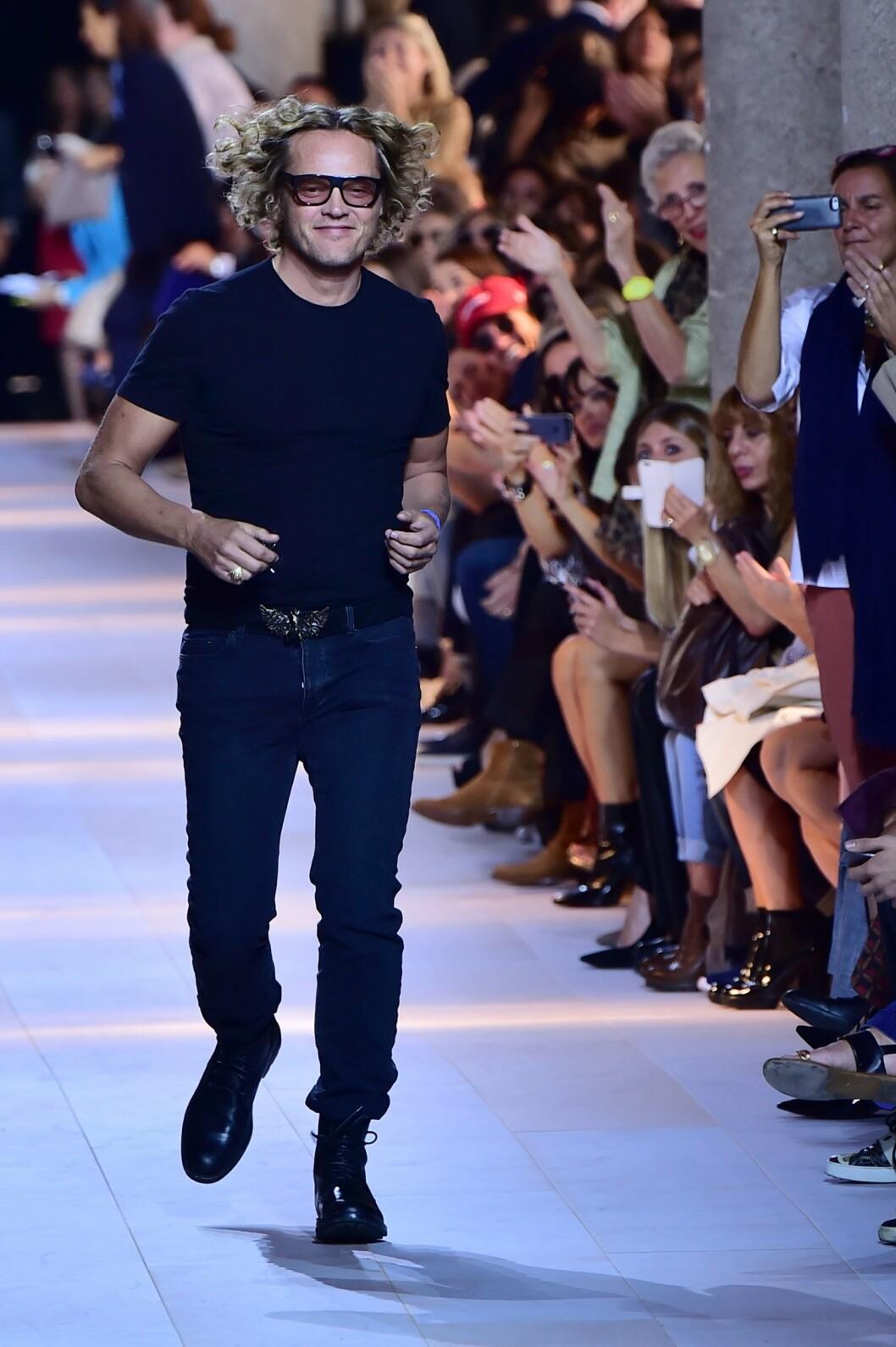 NORSK SJEF: Det er den norske designeren Peter Dundas som nå er sjefsdesigner for Roberto Cavallis motehus. Her mottar han applaus fra publikum etter visningen av Cavallis kommende vår- og sommerkolleksjon for kvinner under moteuken i Milano i september.  Foto: Afp
