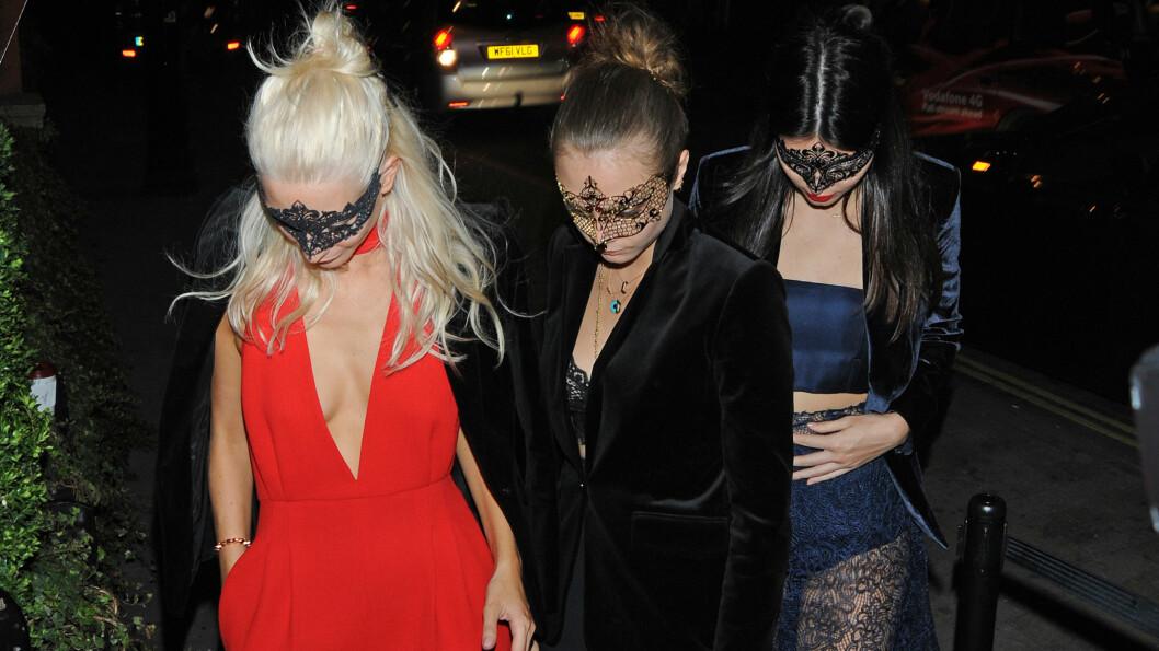 «INKOGNITO»: Supermodellene Poppy og Cara Delevingne (f.v) og Kendall Jenner skjulte ansiktene sine bak mystiske masker da de gjestet det celebre maskeradeballet til Eva Cavalli i London.  Foto: Xposure