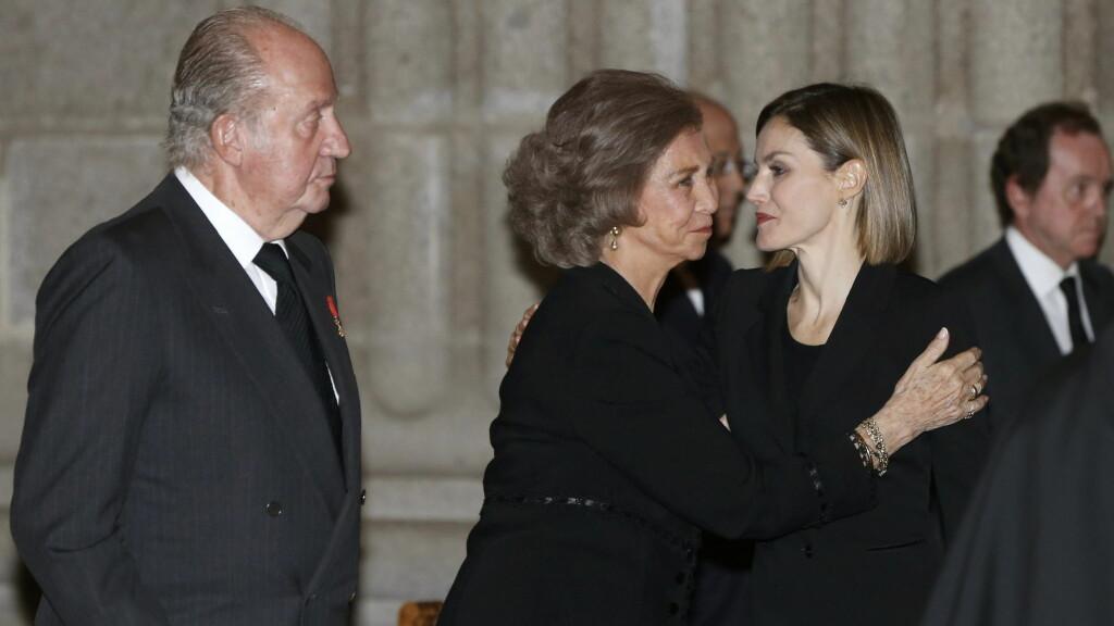 KLEDD I SORT: Spanias dronning Letizia ble trøstet av svigermor Sofia da prins Carlos ble bisatt torsdag 8. oktober. Prinsen, som var en nær venn av tidligere kong Juan Carlos (t.v), ble bare 77 år gammel. Foto: Afp