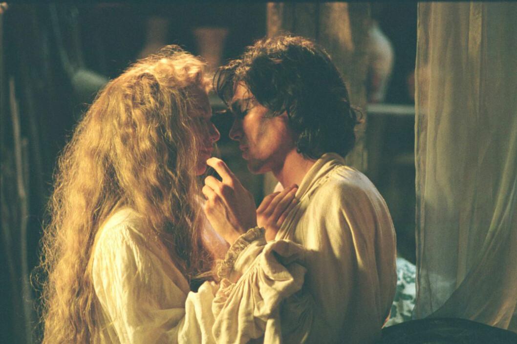 FORELSKET SEG: Her er duoen sammen i en annen scene fra filmen som ble spilt inn i 2003.  Foto: Splash News
