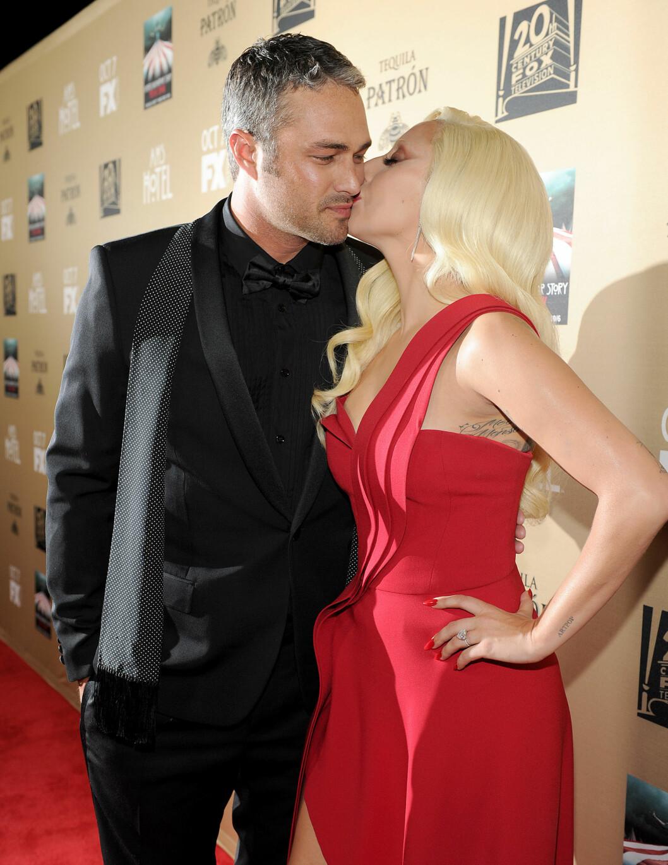 FORELSKET: Lady Gaga og skuespiller Taylor Kinney har vært kjærester siden 2011. De forlovet seg på valentinesdagen i år. Legg merke til den hjerteformede diamantringen Lady Gaga har på fingeren. Foto: NTB Scanpix