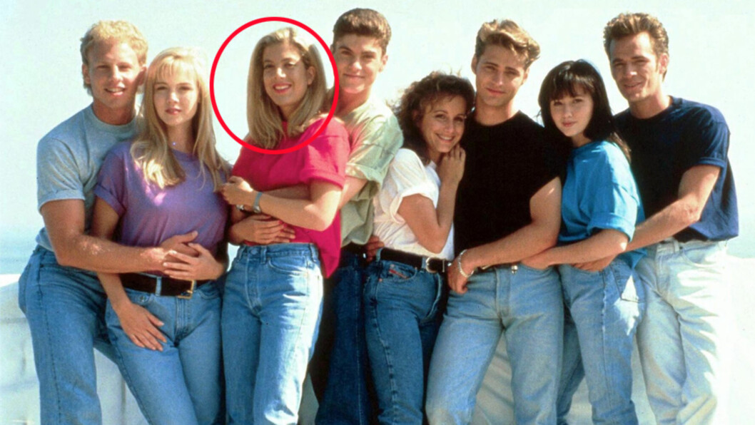 TV-STJERNER: Tori Spelling (nr tre fra venstre) sammen med kollegene i «Beverly Hills 90210»: Ian Ziering, Jennie Garth, Brian Austin Green, Gabrielle Carteris, Jason Priestley, Shannen Doherty og Luke Perry.