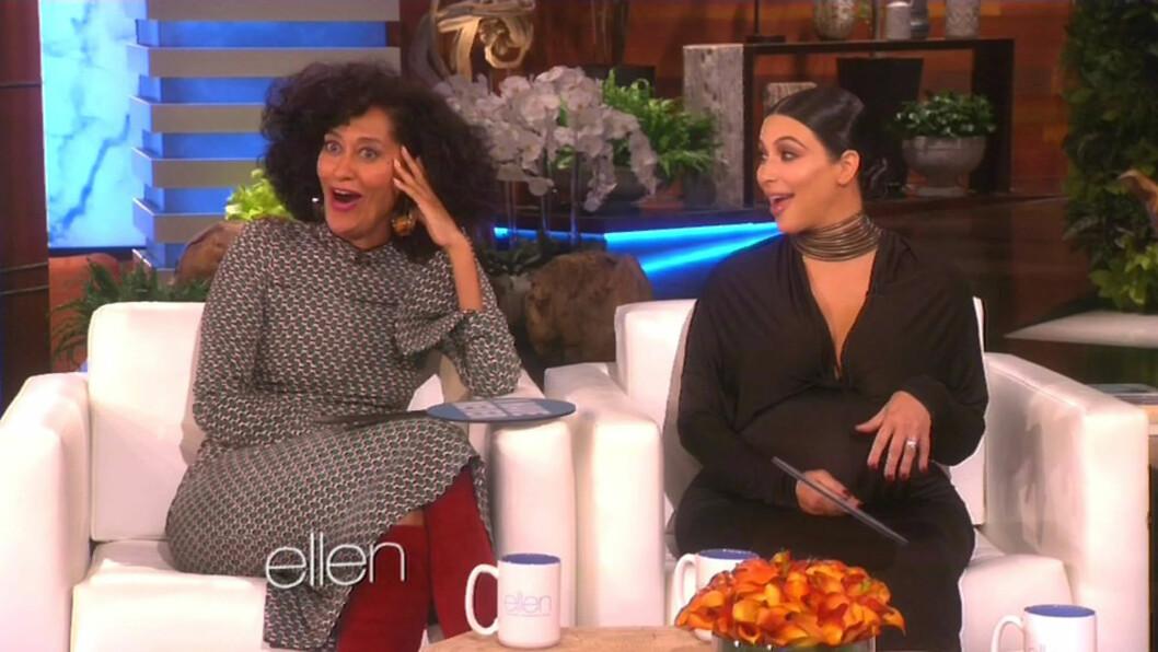 <strong>OVERRASKET:</strong> Kim Kardashian var en god del mer frittalende enn Tracee Ellis Ross (t.v), datteren til sangdiva Diana Ross, da de to gjestet «The Ellen DeGeneres Show» denne uken. Foto: Xposure