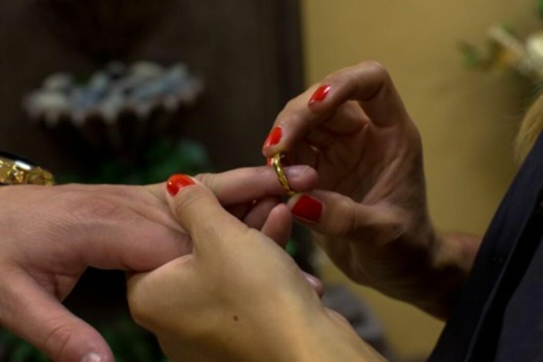 MED DENNE RING...: Kristin og Dennis måtte låne ringer, da de bestemte seg for å gifte seg på kort varsel. Foto: TV3