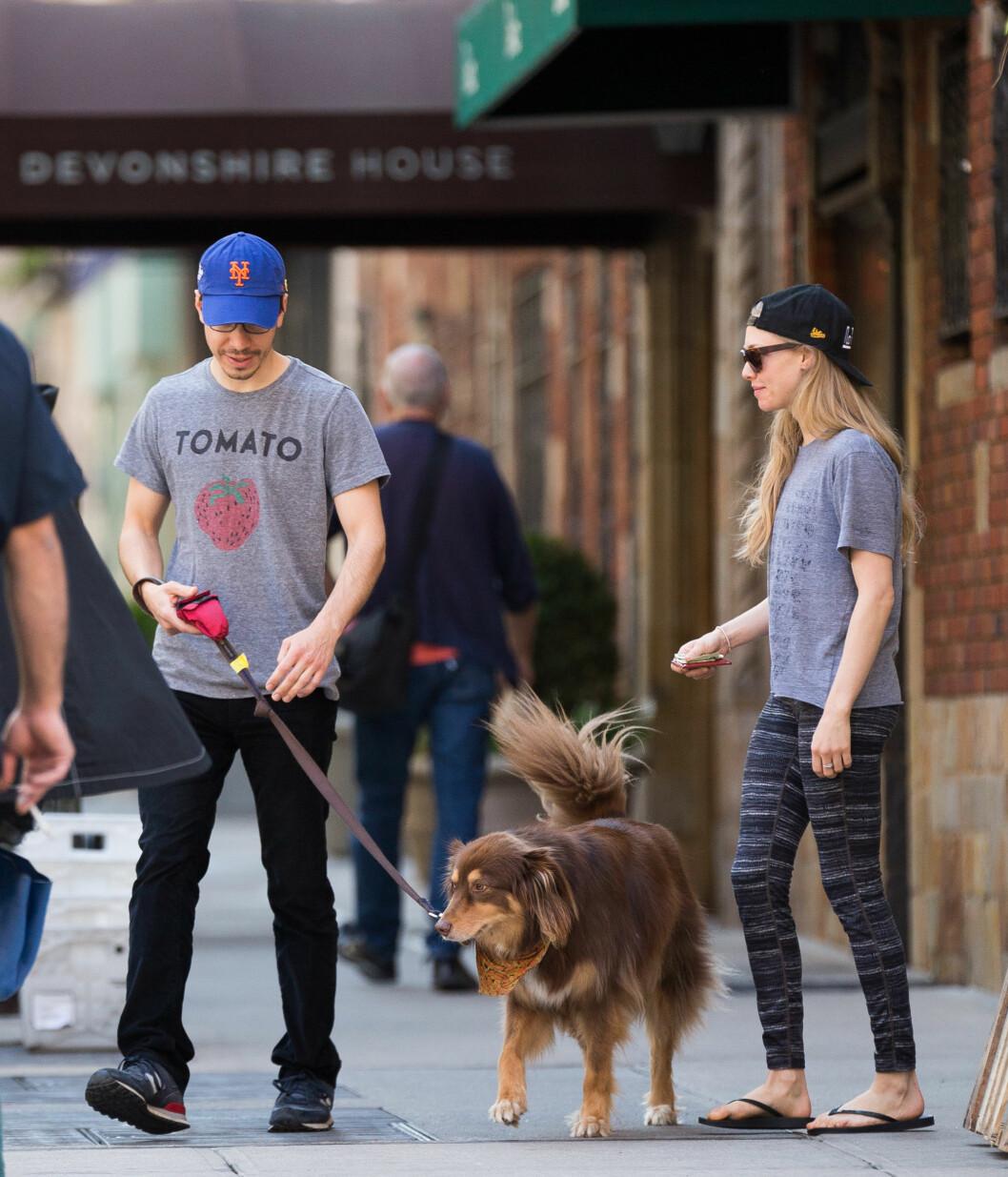LAV PROFIL: Både Justin Long og Amanda Seyfried setter pris på en jordnær livsstil. Her er de to på tur med Seyfrieds hund, Finn, i New York i april.  Foto: Splash News