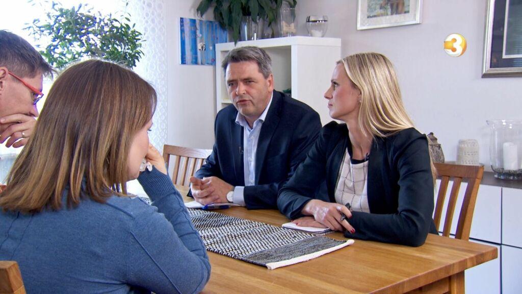 OPPGITT: Magne Gundersen og Silje Sandmæl får bakoversveis av den skyhøye forbruksgjelden til André og Miriam (t.v) i høstens første «Luksusfellen»-episode. Foto: TV3