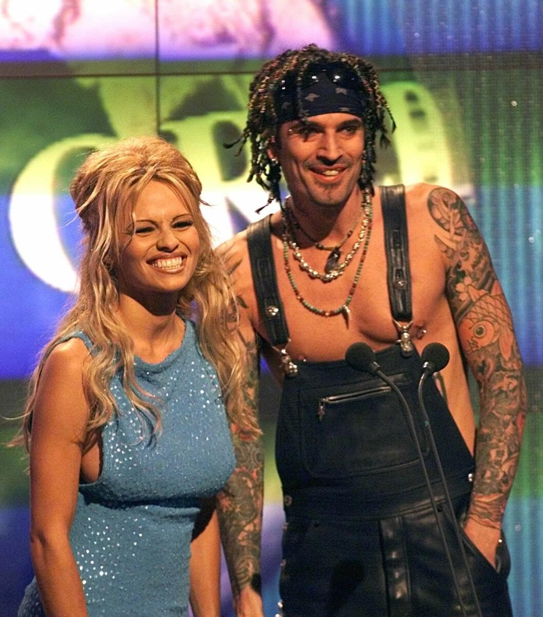 BERØMT EKS-PAR: Pamela Anderson og Tommy Lee har et godt vennskap i dag. Her de sammen under en prisutdeling i 1999.  Foto: NTB Scanpix